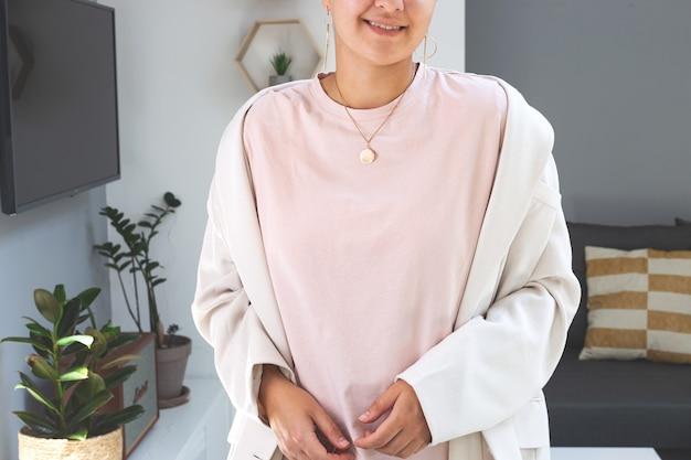 Женщина в футболке пудрового цвета mock up bella canvas mockup mothers day