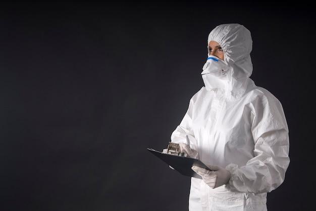 에볼라 코 비드 또는 유행성 바이러스에 대한 보호 복을 입은 여성