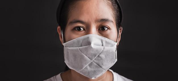 Женщина в защитной маске со страхом в глазах