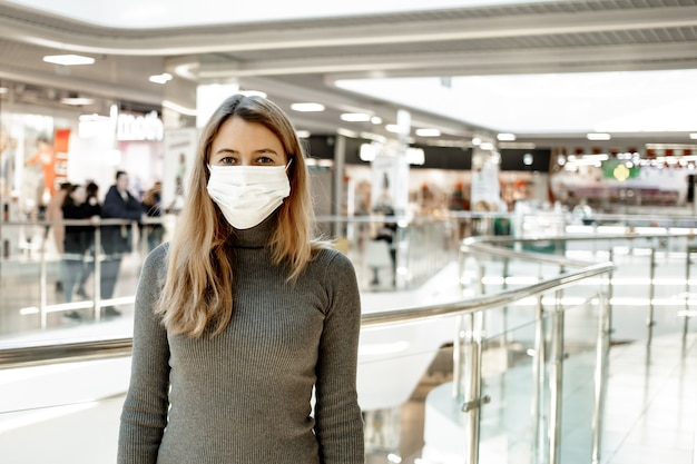 モールで防護マスクを着ている女性