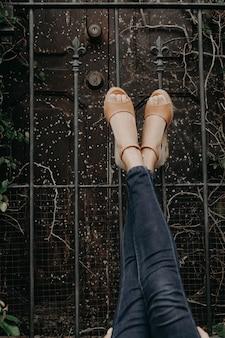Женщина в сандалиях