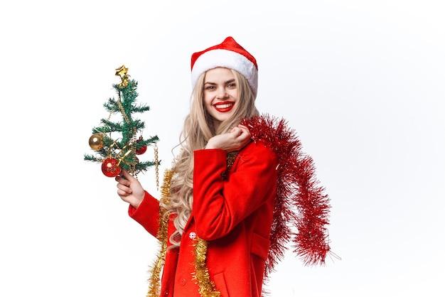 サンタの衣装の装飾を身に着けている女性休日のクリスマスライトの背景