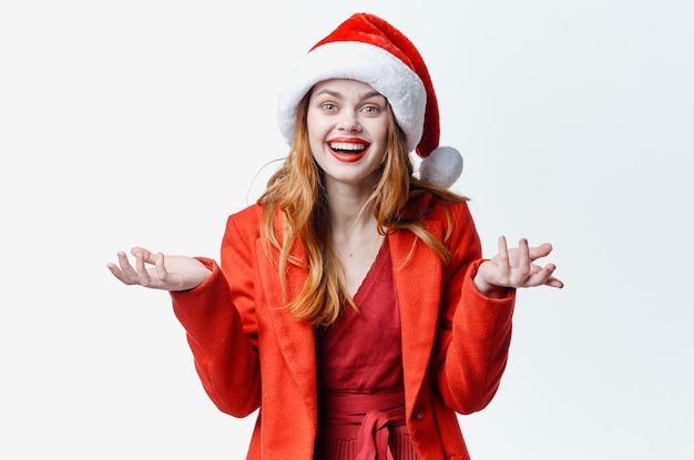 サンタの衣装を着ている女性ホリデークリスマスファッションポーズ