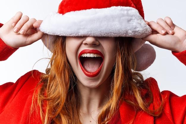 サンタ帽子をかぶった女性ホリデークリスマスファッションポーズ