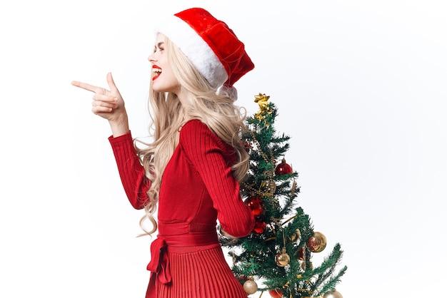 サンタ帽子をかぶった女性の休日の装飾の贈り物の楽しみ