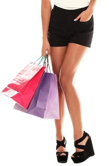 Женщина, носящая несколько красочных сумок