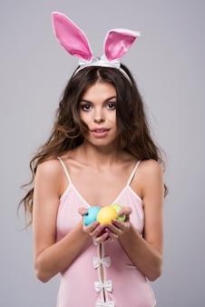 섹시 한 토끼 의상을 입고 여자
