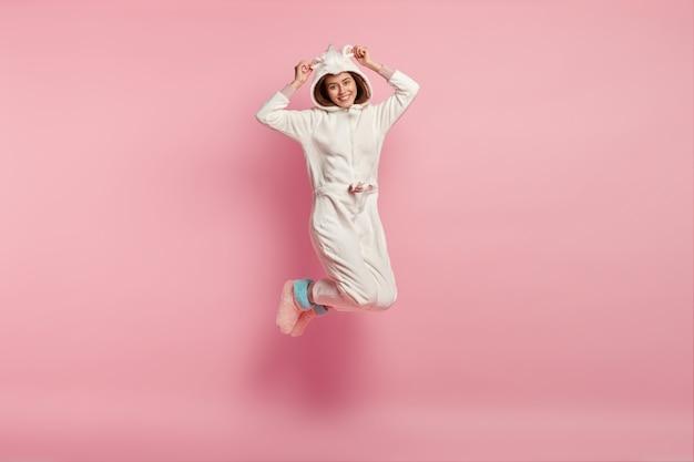 Женщина, носящая маску для сна и пижаму