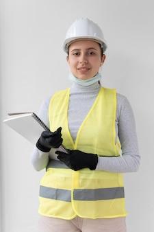 Donna che indossa uno speciale equipaggiamento protettivo industriale