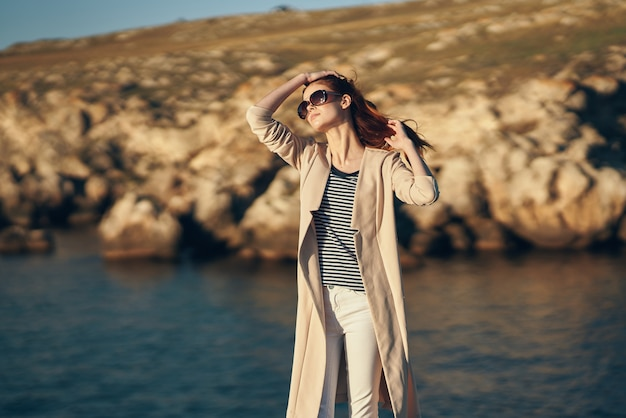 サングラスをかけている女性は風景の海を揺るがす