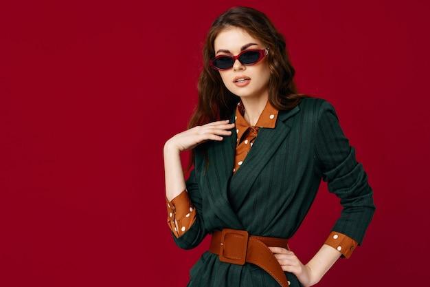 サングラスをかけている女性は、魅力的な外観の孤立した背景を合わせます。高品質の写真