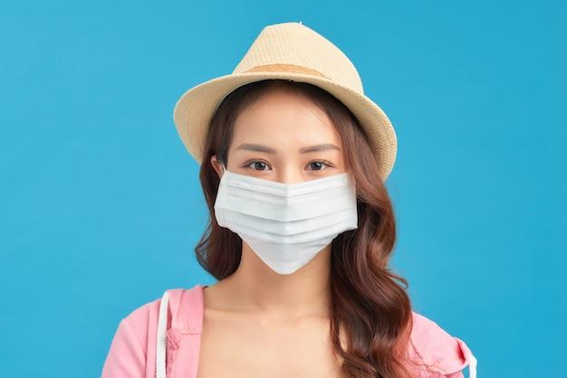 コロナウイルスの発生の検疫中に流行の春、夏のファッションの服を着ている女性。