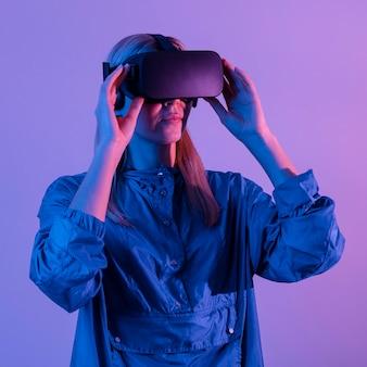Женщина, носящая гаджет виртуальной реальности