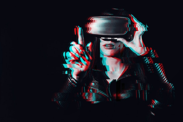Женщина в очках виртуальной реальности касается пальца воображаемого проекционного экрана