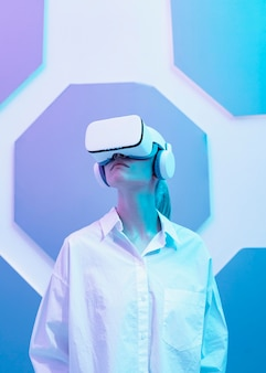 Donna che indossa il simulatore di realtà virtuale