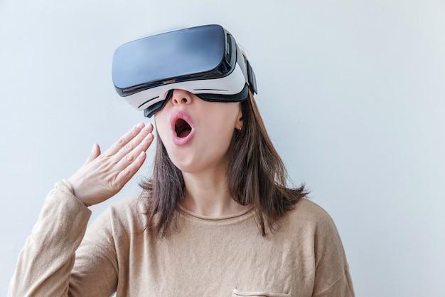 白い背景の上の仮想現実vrメガネを身に着けている女性
