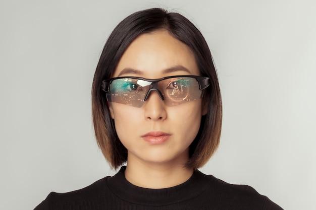 Donna che indossa una tecnologia futuristica in vetro vr