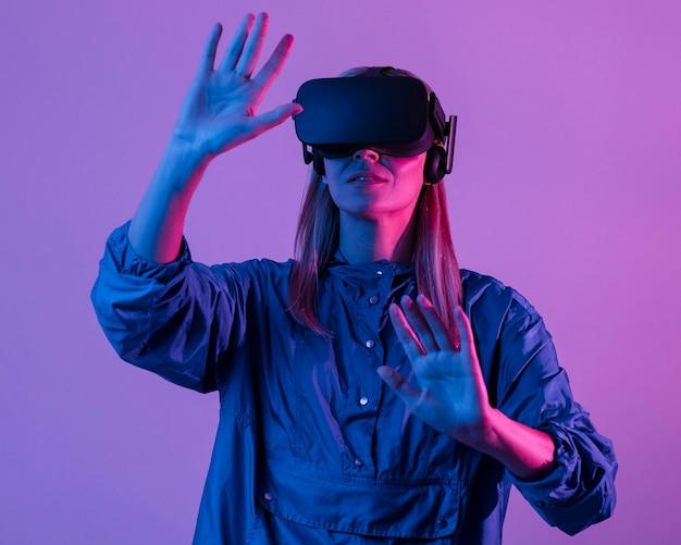 Женщина в очках vr с фиолетовым светом