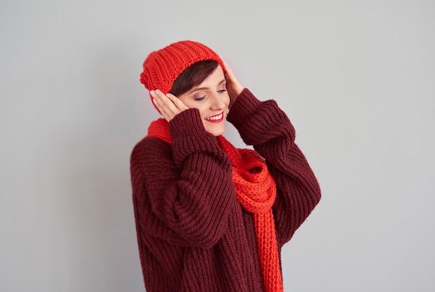 그녀의 머리에 따뜻한 모자를 쓰고 여자