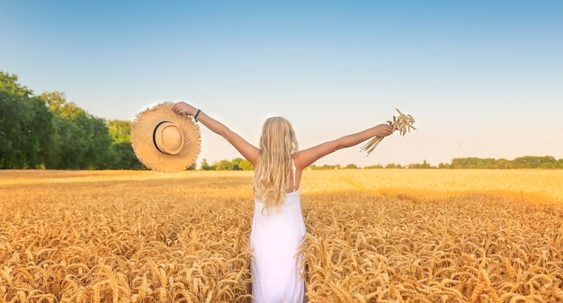 Женщина в белом платье в пшеничном поле