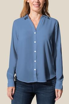 Женщина в белой рубашке с длинным рукавом с джинсами