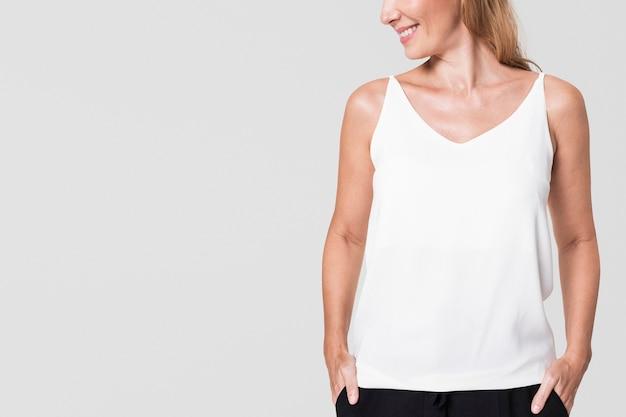 白いタンクトップを着ている女性