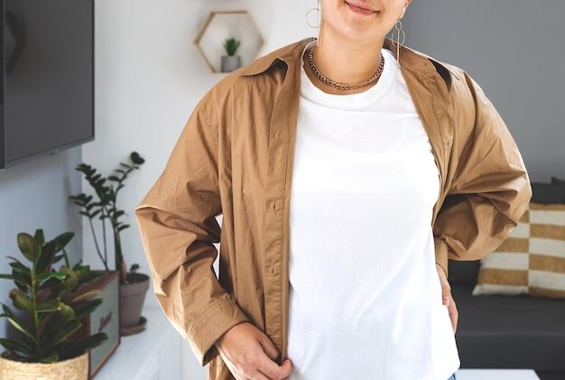 Женщина в белой футболке макет белла холст макет рубашка день матери