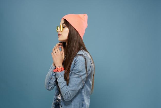 노란색 안경 핑크 모자 패션을 입고 여자 현대 의류 포즈