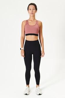 Donna che indossa abiti da yoga per abbigliamento sportivo