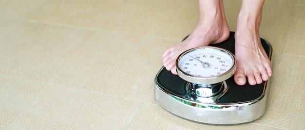 体重を制御するための女性の体重計