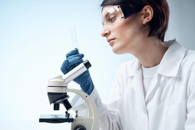 여자 백의 실험실 현미경 전문 테스트