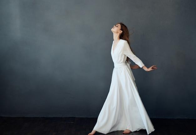 여자 흰색 드레스 패션 우아한 스타일 스튜디오 어두운 배경 포즈