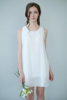 Donna in abito bianco