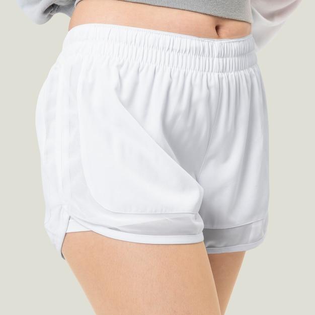 Donna in pantaloncini bianchi servizio fotografico di moda estiva da vicino