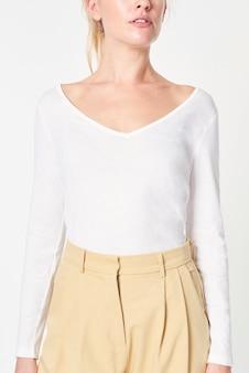 Donna in un mockup di t-shirt bianca