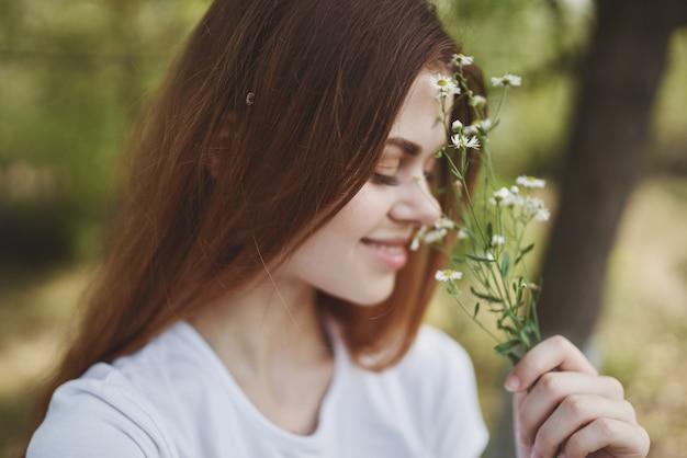 女性野草自然新鮮な空気