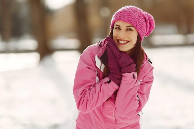 Donna in abiti sportivi invernali che guarda l'obbiettivo