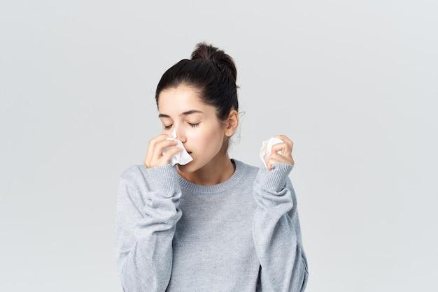 Женщина вытирает лицо платком, аллергия, инфекция, проблемы со здоровьем