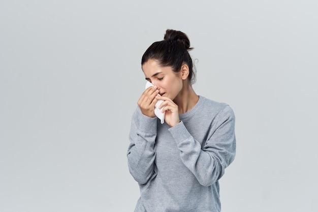 Женщина вытирает нос платком, инфекция, аллергия, насморк