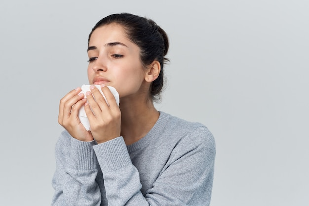 Женщина вытирает нос платком насморк проблемы со здоровьем простуда