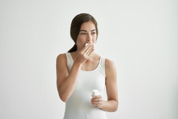 여자는 손수건으로 자신을 닦아 스트레스 건강 문제