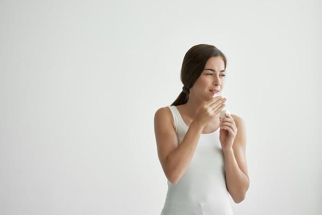 Женщина вытирая лицо платком, пожары, проблемы со здоровьем, грипп