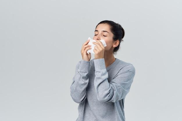 Женщина, вытирая нос платком, проблемы со здоровьем, аллергия, инфекция