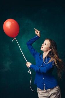 Женщина с воздушным шаром в руке