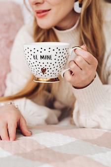 커피의 아름다운 얼굴을 가진 여자