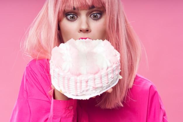 그녀의 생일에 그녀의 손에 큰 케이크를 가진 여자