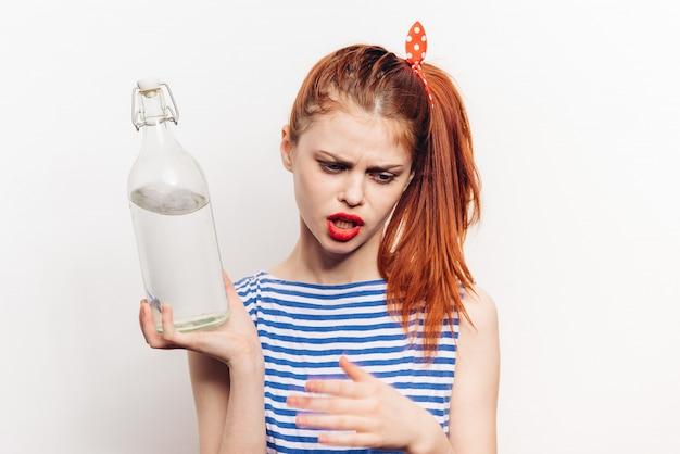 Женщина с бутылкой алкоголя в руках