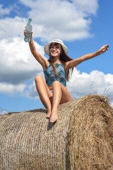 夏の日に水のボトルを持つ女性