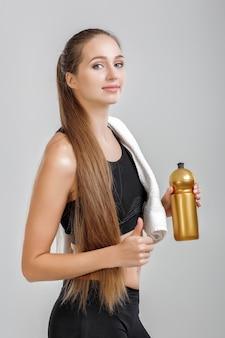 Женщина с бутылкой воды