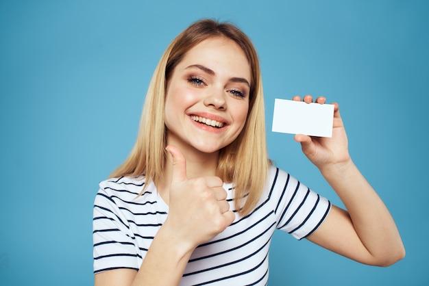 Женщина с визиткой в руках полосатую футболку синего цвета copy space